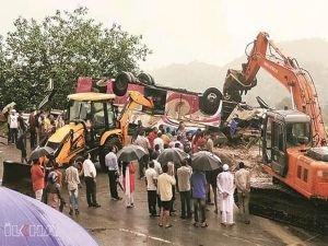 Yolcu otobüsü takla attı: 25 ölü 49 yaralı