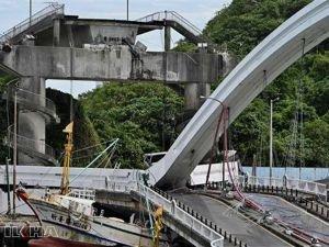 Tayvan'da köprü çöktü: 10 yaralı 6 kayıp