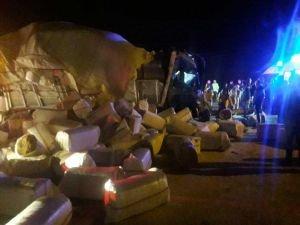 Askeri araçla saman yüklü kamyon çarpıştı: Biri ağır 3 yaralı