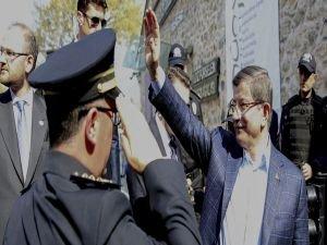 Başbakan Davutoğlu, telsizden polislerin bayramını kutladı