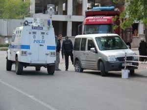 Polis aracına ses bombalı saldırı!