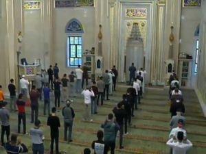 Çeçenler, bayram namazı için başkent Grozni'deki Merkez Camii'nde bir araya geldi