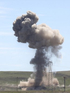 Van Erciş'te Bomba yüklü kamyon imha edildi