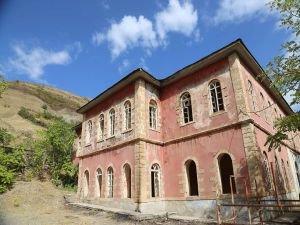 Maden'in 258 yıllık tarihi yapıları yok olmaya terk edilmiş