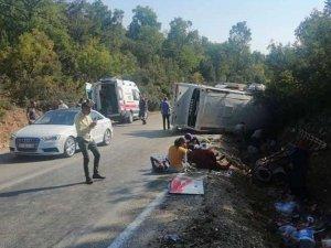 Mersin'de tarım işçilerini taşıyan midibüs devrildi: 1ölü, 34 yaralı