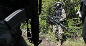 Meksika özel kuvvetleri uyuşturucu tacirlerine gecelik giydiriyor