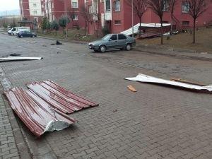 Bingöl'de sert rüzgar nedeniyle çatılar uçtu