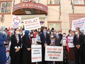 AK Parti Genel Başkan Yardımcıları Diyarbakır'da evlat nöbetindeki aileleri ziyaret etti