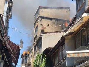 Eminönü'nde havai fişek satan bir işyerinde patlama