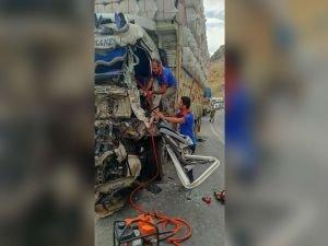 Bitlis'te 2 kamyon çarpıştı sıkışan sürücüyü AFAD kurtardı
