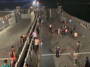 Yangının termik santraline yaklaşması üzerine vatandaşlar gemilerle tahliye ediliyor