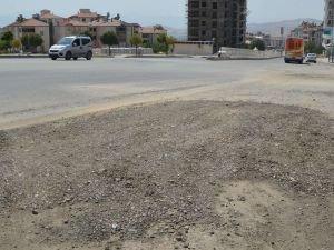 Asfaltı dökülen yolun yeniden kazılmasına mahalle sakinlerinden tepki