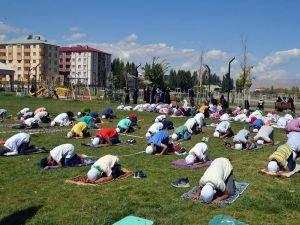 Çocuklar namazın önemine dikkat çekmek için açık alanda cemaatle namaz kıldı