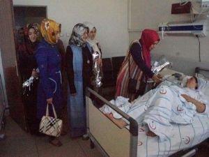 Hastanede annelere gül dağıtımı