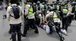 Venezüella'da Polis barikatı aşmak isteyen göstericilere müdahale etti