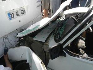 Otomobil otobüse çarptı