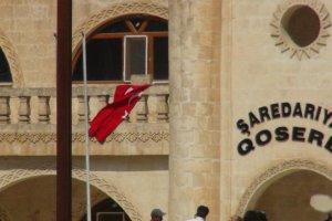 Türk bayrağı indirilince olaylar çıktı! Polis müdahale etti