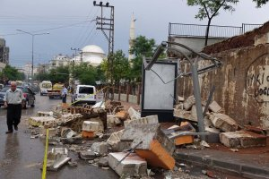Aşırı yağış okul duvarını yıktı