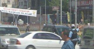 Diyarbakır'da asılan pankart dikkat çekti