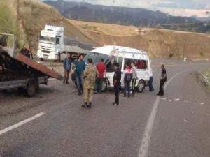 Diyaliz hastalarını taşıyan minibüs devrildi