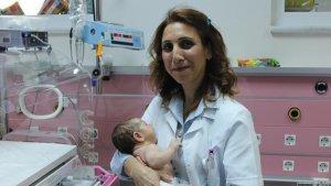 Ailesini kaybeden bebeğe doktor 'annelik' yaptı
