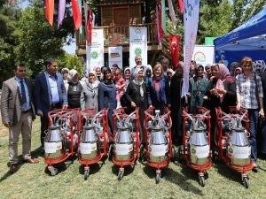 Kadın çiftçilere süt sağım makinesi dağıtıldı