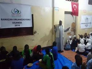 Uganda'da yetimlere iftar yemeği
