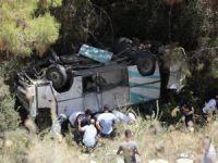 Minibüs uçuruma yavarlandı: 17 yaralı
