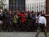 Maduro destekçileri meclisi bastı