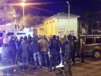 Midyat'ta Elektrikleri kesilen mahalleli DEDAŞ'ı bastı