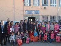 Köy okulu öğrencilerine anlamlı hediye
