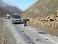 Yola düşen kaya parçaları tehlikesi