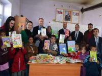 Dağ köyündeki öğrencilere kitap