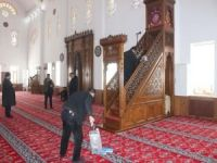 Cami ve okulların temizliğini hükümlüler yapıyor