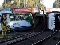 Tramvay ile kamyon çarpıştı: 29 yaralı