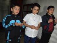 Bitlisliler teravih namazına çocuklarıyla birlikte camiye geldiler