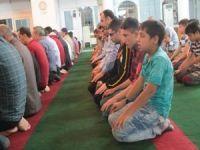 Çatışmalarda zarar gören camilerde ilk teravih namazı kılındı