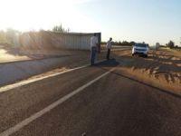 Buğday yüklü kamyon devrildi