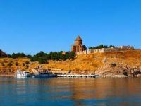Tarihi Akdamar Adası ziyaretçilerin ilgi odağı oldu