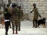 Siyonist işgalciler namaz kılan cemaate saldırdı: 13 yaralı
