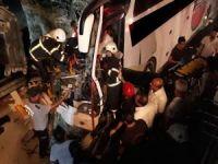 Yolcu otobüsü TIR'a çarptı: Bir ölü 26 yaralı