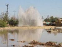İçme suyu boru hattı patlayınca köyün yarısı boşaltıldı