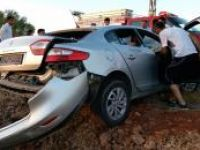 Yoldan çıkan araç kayalıklara çarptı: 2 yaralı
