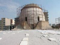 Kaçak yapılar tarihi caminin güzelliğini örtüyor