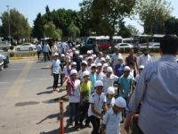 Mersin'de çocuklar namaz için yürüdü