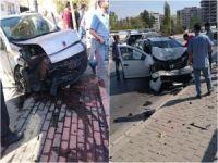 İzmir'de 2 araç çarpıştı