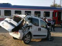 Yolcu treni kamyonete çarptı