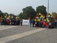 Çocuklar gökyüzüne balon ve uçurtma bıraktı