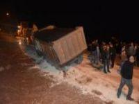 Asfaltlama çalışması yapan kamyon çöken yola düştü