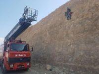 Kayalıklarda mahsur kalan 2 genç kurtarıldı